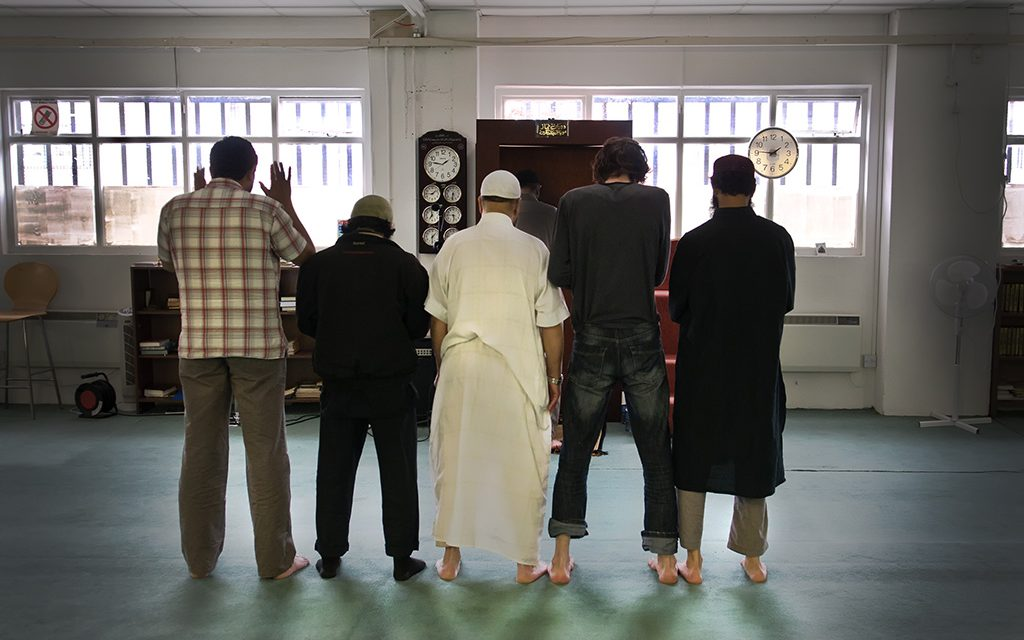 """Hundreds of Muslims"""" attend Friday prayers at Blackpitts mosque in Dublin city while Catholic mass is banned"""