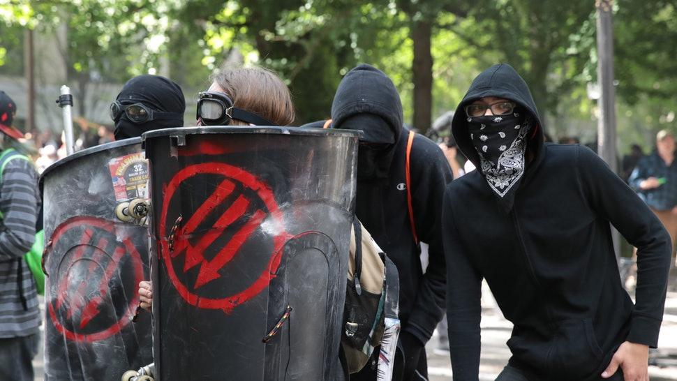 Austria: Antifa demonstrators try to block deportation of migrant criminals, including rapists
